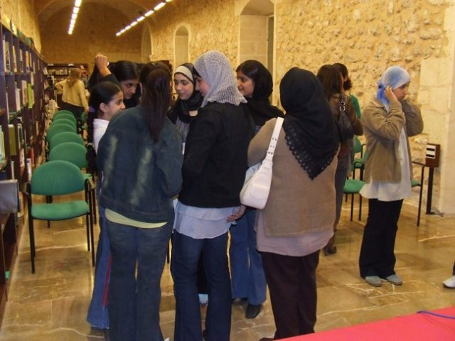 joves marroquís a la biblioteca