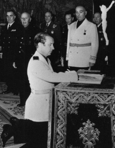 Juan Antonio Samaranch, vestit amb l'uniforme falangista, amb Franco al fons