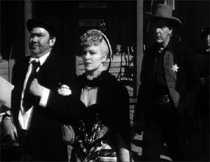 El metge i la prostituta són expulsats del poble per la Lliga de la Llei i l'Ordre