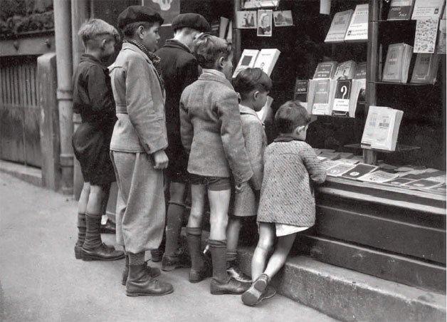 nins davant una llibreria